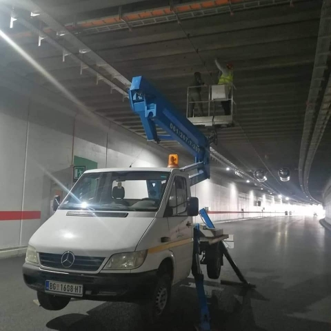 Kamion korpa u tunelu